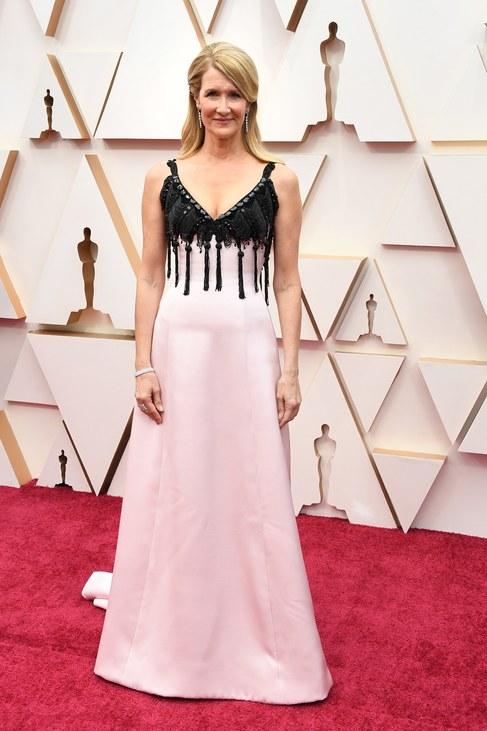 Oscart hoz az Armani Privé? Laura Dernnek is a márka egyik ruhakölteményére esett a választása, s ahogy Renée Zellweger, ő is Oscar-díjat vehetett át.