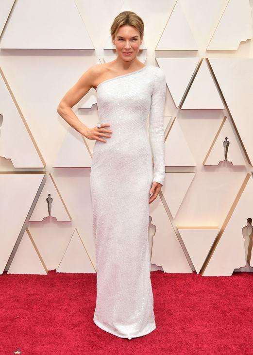 Renée Zellweger egy hófehér, csillogó Armani Privé ruhában vette át a legjobb női főszereplőnek járó Oscar-szobrot.