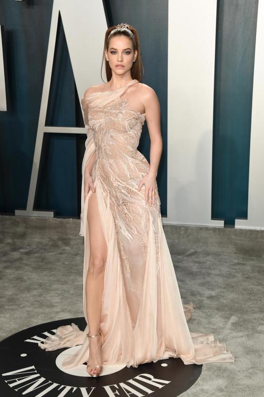Ha a vörös szőnyegen nem is, az Oscar-gála afterpartiján megjelent a magyar szupermodell, Palvin Barbara is, aki egy combvillantós estélyiben tündökölt.