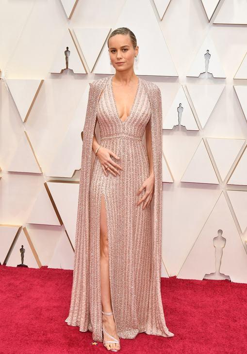 Celine-ben tündökölt Brie Larson, akinek karcsú alakját nagyszerűen hangsúlyozta az apró kövekkel kirakott ruha.