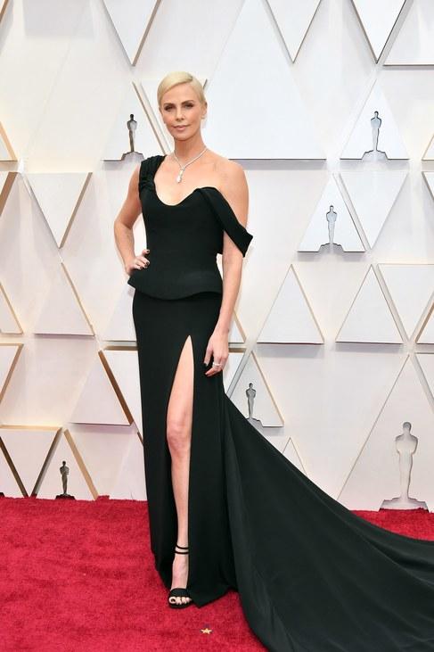 A fekete mindig jó választás – tudja ezt Charlize Theron is, aki egy izgalmas Dior-kreációban vonta magára mindenki tekintetét.