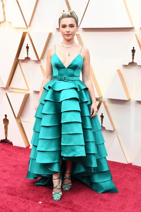 Ritkán látni a türkizt a díjátadókon – Florence Pugh azonban megmutatta, hogyan kell ezt az izgalmas színt és a még érdekesebb szabású ruhakölteményt viselni.