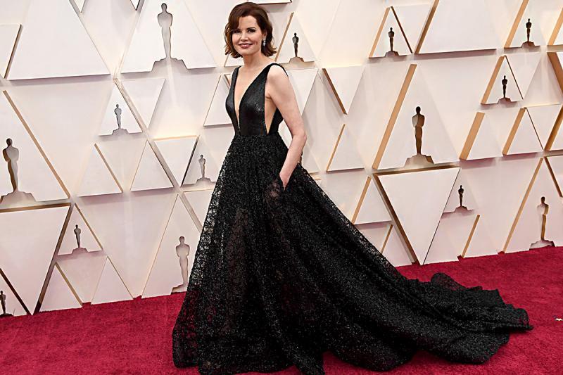 Csodaszép, mélyen dekoltált uszályos ruhában jelent meg az idei Oscar-gálán Geena Davis.