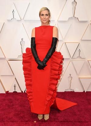 Az idei Oscar egyik legemlékezetesebb ruhakölteménye minden bizonnyal Kristen Wiig nevéhez fűződik – hogy jó, vagy rossz értelemben, az már ízlés kérdése.