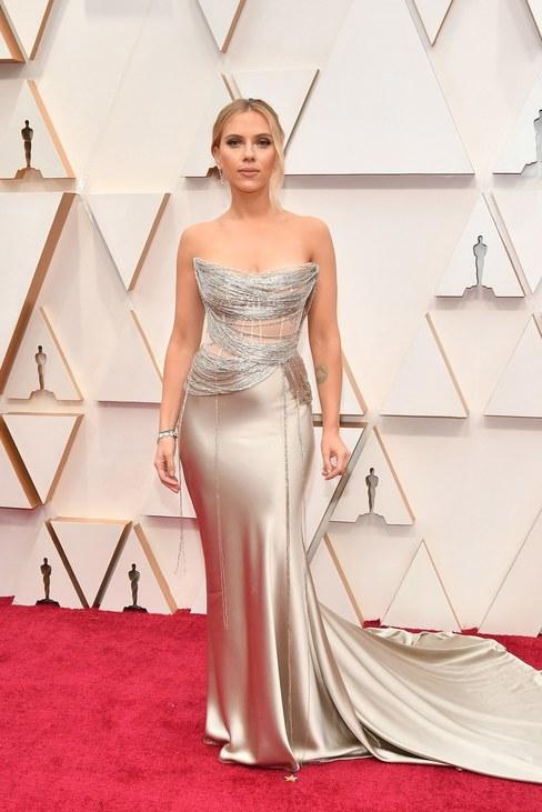 Scarlett Johannson Oscar de la Renta estélyije egy izgalmas felsőrésszel emelte ki a színésznő alakját.