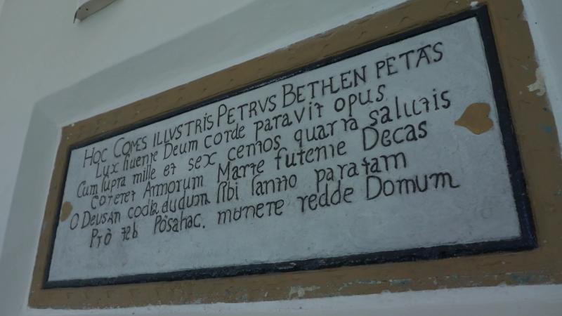 A Bethlen Péter által rendelt felirat, amely a templomépítésnek állít emléket