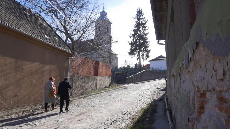 Macskaköves út vezet a református templomig