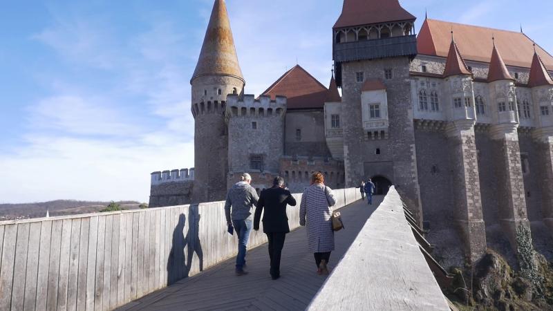 A Zalasd völgyén átívelő hídon keresztül lehet bejutni a várba