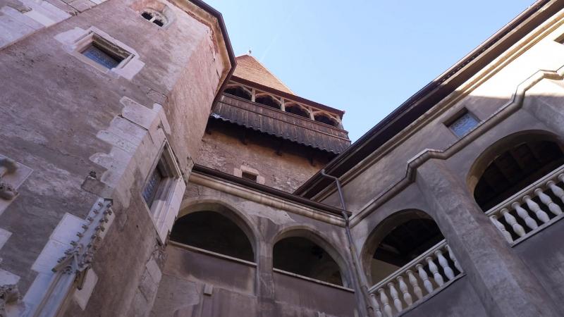 A kaputorony és jobbra tőle a Mátyás loggia