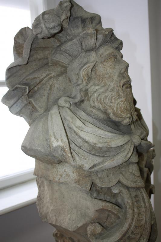 Férfifejet ábrázoló urna a Bánffy-kastélyból