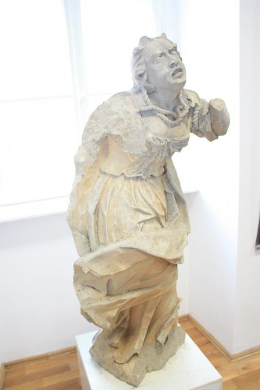 Megrongált állapotban, de néhány szobor megmaradt az egykori nemesi birtokról