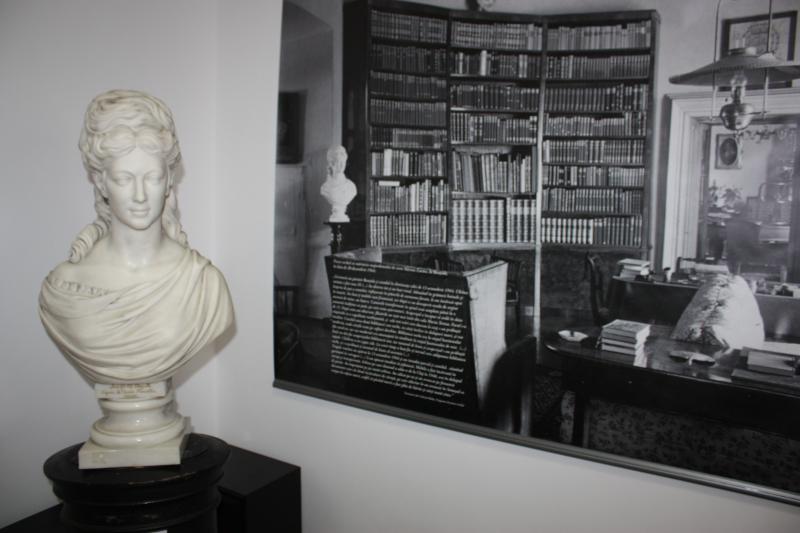 Vay Miklós szobra Bánffy Miklós korán elhunyt édesanyjáról, Irmától. Férje, Bánffy György állítólag többször visszaküldte a márványszobrot alkotójának, mígnem tökéletesre formálta felesége büsztjét. Mellette a fotón a mellszobor helye látható a családi ot