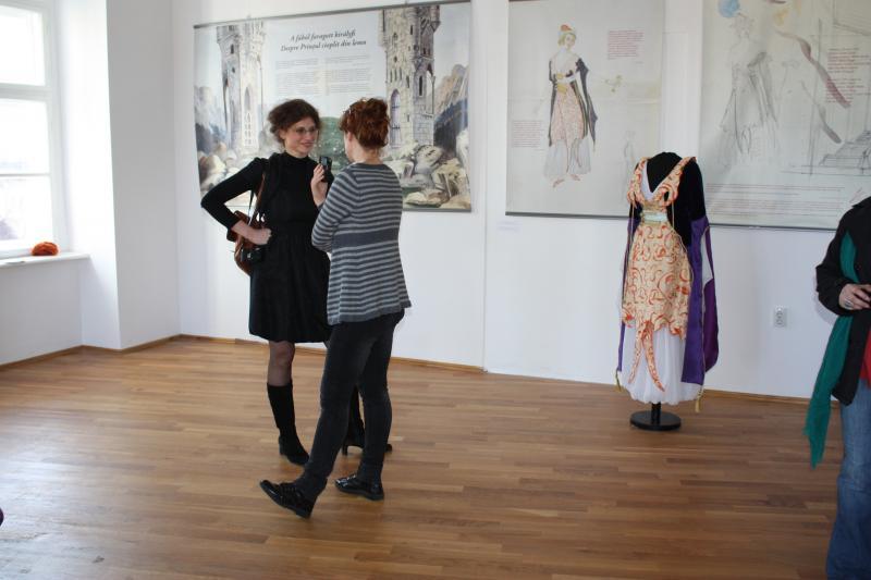 Szebeni Zsuzsa, a kiállítás kurátora interjút ad