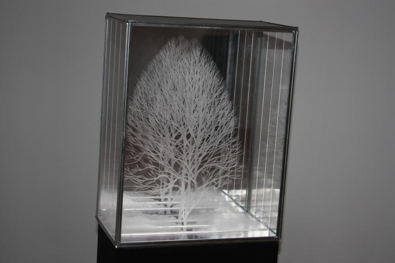 Bánffy Nicolette többsíkú, gravírozott üveglapokból megkomponált fa-csodája
