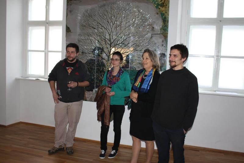 Bánffy Nicolette a tárlat előkészítését végző kolozsvári fiatal képzőművészekkel