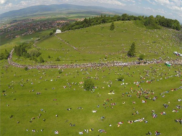Légi felvétel a Kis- és Nagysomlyó-hegy közötti nyeregben felállított oltárnál gyülekező zarándokokról 2014. június 7-én. MTI Fotó: Baranyi Ildikó