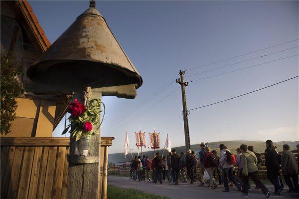 Acsíksomlyói búcsúba tartó zarándokok Csíkbánkfalván 2014. június 7-én. MTI Fotó: Koszticsák Szilárd