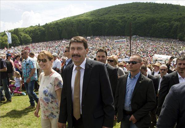 Áder János köztársasági elnök és felesége, Herczegh Anita zarándokok között a Kis- és Nagysomlyó-hegy közötti nyeregben, a csíksomlyói búcsú szentmiséjének helyszínén 2014. június 7-én. MTI Fotó: Koszticsák Szilárd