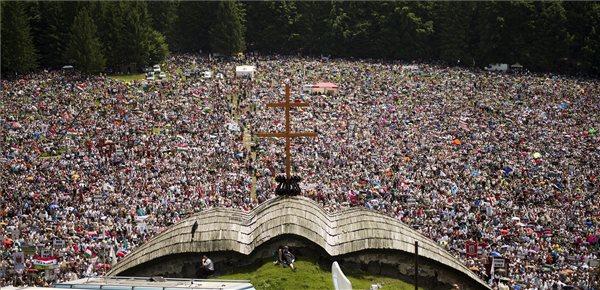 Résztvevők százezrei a csíksomlyói búcsún tartott szentmisén a Kis- és Nagysomlyó-hegy közötti nyeregben 2014. június 7-én. MTI Fotó: Koszticsák Szilárd